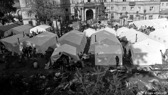Šatori u dvorištu njemačkog veleposlanstva u Pragu (picture-alliance/ZB)