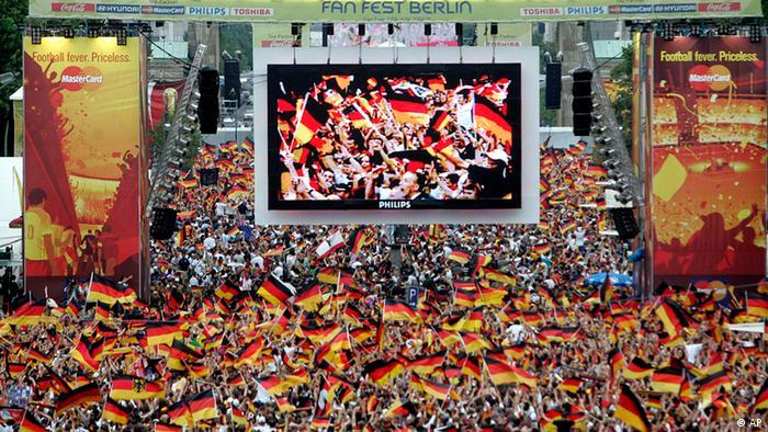 Fussballfans schauen sich am 30. Juni 2006 in Berlin das WM-Viertelfinale zwischen Deutschland und Argentinien an.
