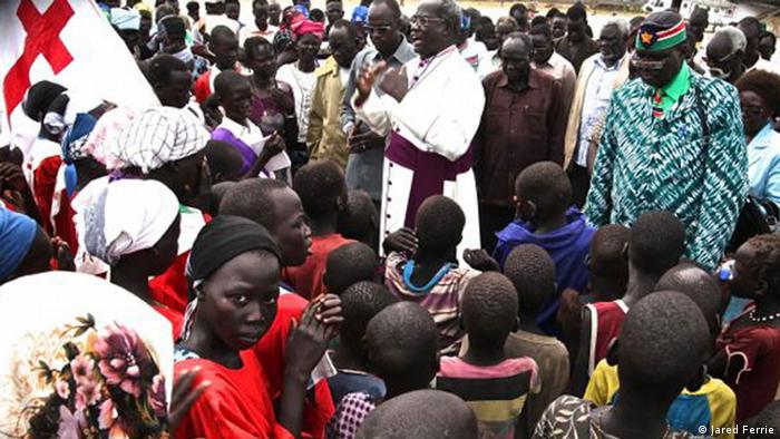 Archbishop Daniel Deng greets villagers after arriving in Yuai on a United Nations helicopter Jared Ferrie, Yuai, Südsudan, Oktober 2012