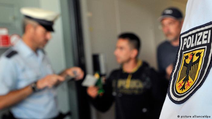 Beamte der Bundespolizei führen am Flughafen Frankfurt/Main bei Reisenden, die gerade ihr Flugzeug über die Gangway verlasen haben, eine Dokumentensichtung durch (Foto: dpa)