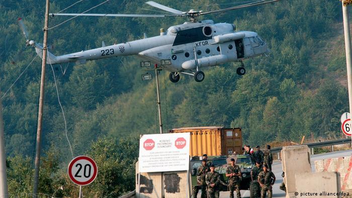 Hubschrauber über EULEX-Polizisten im Kosovo (Foto: EPA/STR - dpa - Bildfunk)