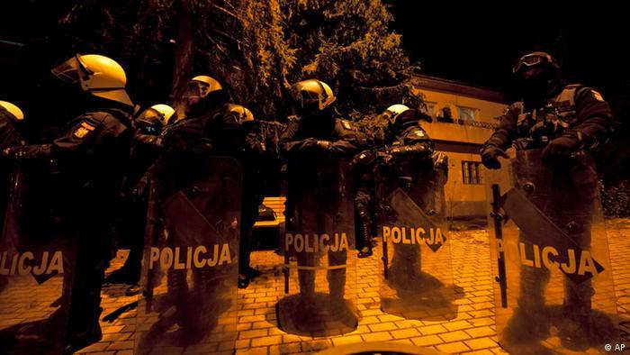 Pripadnici specijalne policije sa plastičnim štitovima na zadatku