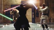 Ewan McGregor (r) als Obi-Wan Kenobi und Liam Neeson (l) als Qui-Gon Jinn kämpfen in einer Szene des Films «Star Wars: Episode I - Die dunkle Bedrohung» mit Ray Park als Darth Maul (undatierte Filmszene). Der Film kommt am 09.02.2012 in die deutschen Kinos. Foto: 20th Century Fox (zu dpa-Kinostarts vom 02.02.2012 - ACHTUNG: Verwendung nur für redaktionelle Zwecke im Zusammenhang mit der Berichterstattung über den Film und bei Urheber-Nennung bis 05.04.2012) +++(c) dpa - Bildfunk+++
