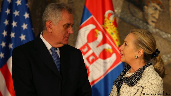 epa03452468 US Secretary of State Hillary Clinton (R) is greeted by Serbian president Tomislav Nikolic in Belgrade, Serbia, October 30, 2012. During the visit Clinton and Ashton will reiterate US-EU resolve for Serbia and Kosovo to build on previous agreements and advance their dialogue, as well as to encourage concrete steps that will allow those countries to progress on their respective paths to EU membership. EPA/Koca Sulejmanovic +++(c) dpa - Bildfunk+++