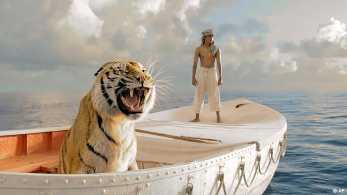 Film Life of Pi von Regisseur Ang Lee - Szene mit Rettungsboot mit Jungem und Tiger (AP)
