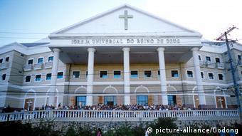 Ein prächtiger weißer Bau mit Satteldach und Säulen - eine der vielen Pfingstkirchen in Brasilien. Foto:
