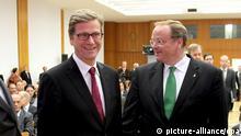 Der Oberbürgermeister von Bonn, Jürgen Nimptsch (SPD, r), Bundesentwicklungsminister Dirk Niebel (FDP, 2.v.r.), Bundesaußenminister Guido Westerwelle (FDP, 2.v.l.) und Bundesumweltminister Peter Altmaier (CDU) unterhalten sich am Donnerstag (20.09.2012) im Auswärtigen Amt in Berlin bei einem Empfang. Die Politiker haben zu einem Empfang anlässlich der deutschen Bewerbung um den Sitz des Grünen Klimafonds in Bonn eingeladen. Der Fonds wurde bei der UN-Klimakonferenz 2011 ins Leben gerufen. Er soll Entwicklungs- und Schwellenländer bei der Klimapolitik finanziell unterstützen. Foto: Wolfgang Kumm/dpa
