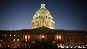 ARCHIV - Das Kapitol in Washington, aufgenommen am Abend des 27.01.2010. Der US-Kongress ist gemäß Artikel I der amerikanischen Verfassung zuständig für die Gesetzgebung, den Haushalt sowie die Kontrolle von Präsident und Regierung. Sein Sitz ist das Kapitol in Washington. Bei der Kongresswahl am heutigen Dienstag (02.11.)dürften die Amerikaner ihrem Frust über die miese Konjunktur Luft machen. Der demokratischen Partei von Präsident Obama droht als Konsequenz eine herbe Schlappe. Foto: ALLISON SHELLEY +++(c) dpa - Bildfunk+++