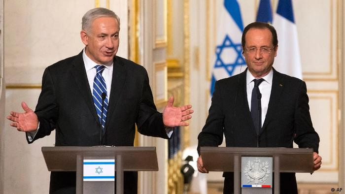 Israeli Prime Minister Benjamin Netanyahu, left, speaks during a joint news confence with French President Francois Hollande following their meeting at the Elysee Palace (Photo: Jacques Brinon/AP/dapd)