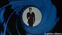 James Bond 007 - Leben und sterben Lassen (Live And Let Die, GB 1978, Regie: Guy Hamilton) Roger Moore / Vorspann, Einleitung, Anfang, Intro, Logo, Filmanfang, Blick durch Pistolenlauf, Blende; Gun Barrel Sequence /------WICHTIG: Nutzung nur redaktionell mit Filmtitelnennung bzw. Berichterstattung über diesen Film. Buch- und Kalendernutzung nur nach Absprache. ------IMPORTANT: To be used solely for editorial coverage of this specific motion picture/TV programme.