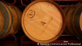 Holzfässer, in denen der Qualitäts-Rotwein der Bodega Dehesa de los Canónigos reift (Foto: Agencia Comunicación Profesional)