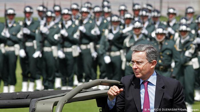 El expresidente colombiano Álvaro Uribe junto a un desfile militar en Bogotá.