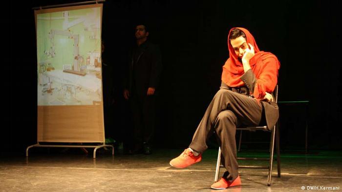 صحنهای از نمایشنامه رستم و سهراب و شبح نفت به زبان آلمانی در نوزدهمین جشنواره تئاتر ایرانی در کلن