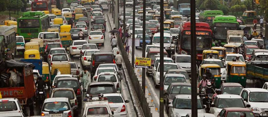 Tráfico em Nova Délhi: capital indiana tem mais de 8 milhões de carros em circulação