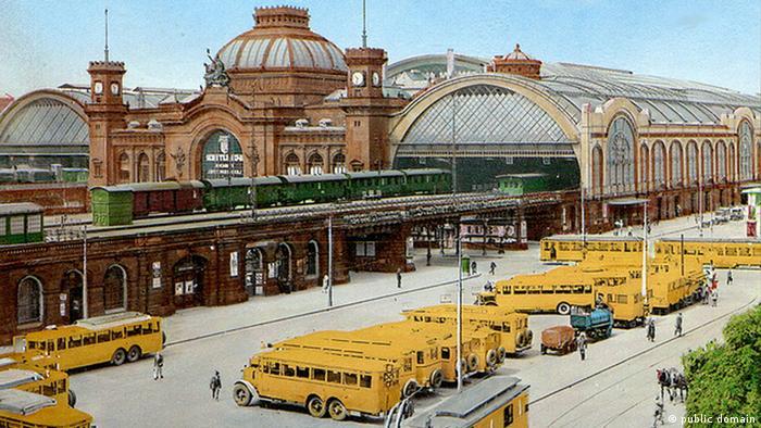 Желтые почтовые автобусы перед железнодорожным вокзалом в Дрездене в 1930 году