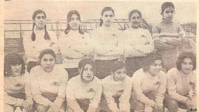 اما پا به توپ شدن پرحاشیه زنان در ایران به دهه ۱۳۴۰ شمسی برمیگردد. باشگاه تاج اولین باشگاهی بود که تیم فوتبال دخترانش را تشکیل داد. کیفیت فنی تیم تاج (تصویر) چنان برتر از سایر تیمها بود که در سال ۱۳۴۹ در اولین بازی از فوتبال باشگاههای تهران، در بازی این تیم مقابل دیهیم، بازیکنان تیم تاج ۶ گل وارد دروازه تیم حریف کردند، در حالی که حتی یک بار هم توپ به دستان دروازهبان تاج نخورد.