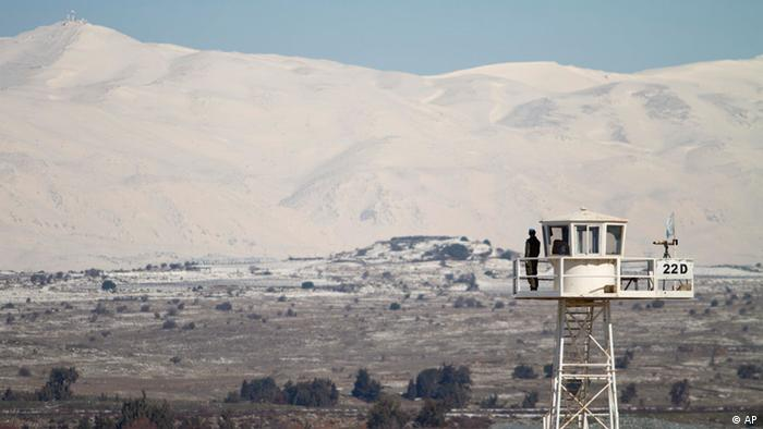 In this photo taken Monday, Feb. 20, 2012 a UN officer stands guard at Quneitra Crossing between Syria and the Golan Heights. In the snow-covered villages of the Golan Heights, captured by Israel in the 1967 Mideast war, Druze are quietly breaking a long-standing code of silence and _ for the first time since Israel captured the Golan from Syria in 1967 _ holding protests against the Syrian government for its brutal crackdown on opponents. (Foto:Dan Balilty/AP/dapd)