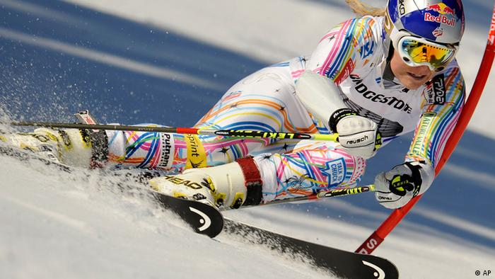 Lindsey Vonn, of the United States, powers past a gate during an alpine ski, women's World Cup giant slalom, in Ofterschwang, Germany, Saturday, March 3, 2012. Vonn finished in second place. (Foto:Elvis Piazzi/AP/dapd)