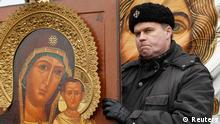 Tag der Einheit des Volkes A Russian nationalist holds an icon as he attends a Russian March demonstration on National Unity Day in Moscow November 4, 2012. Russia marks the National Unity Day on November 4 when it celebrates the defeat of Polish invaders in 1612. REUTERS/Maxim Shemetov (RUSSIA - Tags: POLITICS CIVIL UNREST RELIGION)