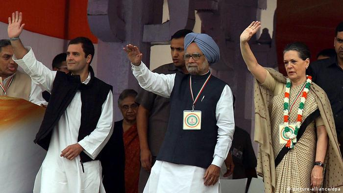 Indian Prime Minister Manmohan Singh( C) Congress party president Sonia Gandhi (R) and Congress party general secretary Rahul Gandhi (L) wave to their supporters during a public rally in New Delhi, India, 04 November 2012 (Photo: EPA/HARISH TYAGI +++(c) dpa - Bildfunk+++)