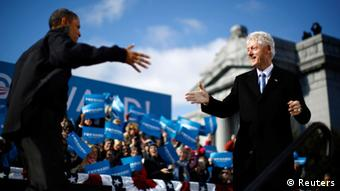 U.S. President Barack Obama (L) is introduced by former U.S. President Bill Clinton at an election campaign rally in Concord, New Hampshire, November 4, 2012 REUTERS/Jason Reed (UNITED STATES - Tags: POLITICS USA PRESIDENTIAL ELECTION ELECTIONS TPX IMAGES OF THE DAY)
