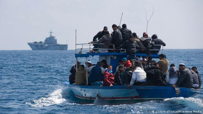 Refugees on a boat (photo: picture-alliance/Milestone Media)