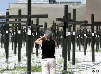 Eine Frau steht vor vielen großen Kreuzen