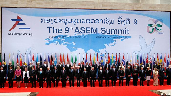 Leaders from Europe and Asia pose for a family photo before the opening ceremony for the ASEM Summit in Vientiane, Laos, Monday, Nov. 5, 2012. (Foto:Vincent Thian/AP/dapd)
