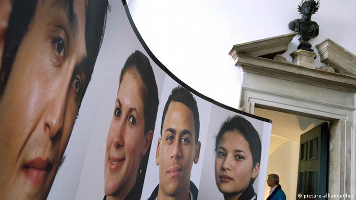 Überdimensionale Porträts jugendlicher Migranten, die in Augsburg leben, sind am Dienstag (22.07.2008) in einer Ausstellung im Foyer des Rathauses von Augsburg (Schwaben) unter der Büste von Kaiser Augstus zu sehen. Mit über 16,5 Prozent liegt der Ausländeranteil in Augsburg deutlich über dem Bundesdurchschnitt von etwa 9 Porzent. Foto: Karl-Josef Hildenbrand dpa/lby (zu dpa-KORR: Interkulturelle Vielfalt - 140 Nationalitäten leben in Augsburg) +++(c) dpa - Bildfunk+++