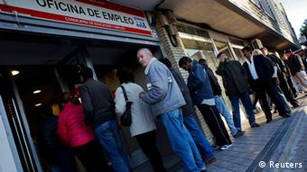 People enter a government-run employment office in Madrid (photo: REUTERS/Susana Vera)