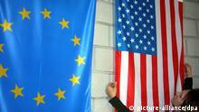 Fertige Flaggen (EU, USA) in der Fahnenfabrik Dommer in Stuttgart, aufgenommen am 18.11.2004. Foto: Jürgen Effner +++(c) dpa - Report+++