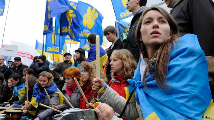 Supporters of Ukrainian opposition parties take part in a rally outside the Central Elections Commission building in Kiev, Ukraine, Monday, Nov. 5, 2012.