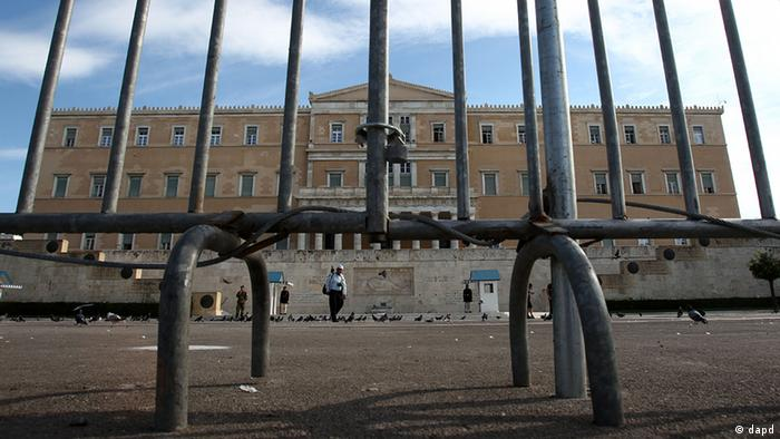 Police fences protect the Greek parliament  Photo:Thanassis Stavrakis/AP/dapd