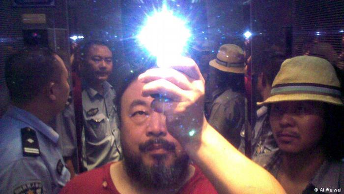 Selfie von AiWeiwei, der von Polizisten verhaftet wird