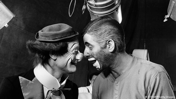 Cena do filme 'The Day the Clown Cried', de Jerry Lewis, mostra o ator e diretor (d.) brincando com Pierre Etaix, vestido de palhaço (e.)