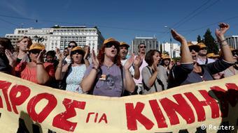 Griechische Demonstranten mit Protestband Foto: REUTERS/Yorgos Karahalis