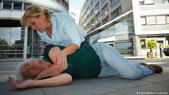 Stabile Seitenlage Erste Hilfe (Fotolia/Robert Kneschke)