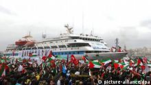 ARCHIV - Mit palästinensischen und türkischen Fahnen begrüßen tausende Demonstranten die Mavi Marmara bei ihrer Rückkehr nach Istanbul am 26.12.2010. Israelische Soldaten haben im Mai 2010 das türkische Hilfsschiff «Mavi Marmara» vor dem Durchbrechen der Gaza-Blockade erstürmt. Neun pro-palästinensische Aktivisten aus der Türkei wurden dabei getötet. Die Beziehungen zwischen beiden Ländern verschlechterten sich danach erheblich. Foto: EPA/STRINGER TURKEY OUT (zu dpa-Hintergrund 0576 am 12.09.2011) +++(c) dpa - Bildfunk+++