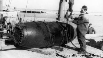 Blick auf eine Fünf-Tonnen-Bombe am 14.10.1961 am Strand von Helgoland. Bei der Bombe aus dem 2. Weltkrieg, die von der britischen Luftwaffe abgeworfen wurde, handelt es sich vermutlich um die größte die während des Krieges auf Deutschland abgeworfen wurde. Der 3,60m lange Blindgänger wurde bei starkem Seegang vom Chef der schleswig-holsteinischen Munitionsräumgruppe, Klaus Kinder, unter Wasser entschärft und dann geborgen.
