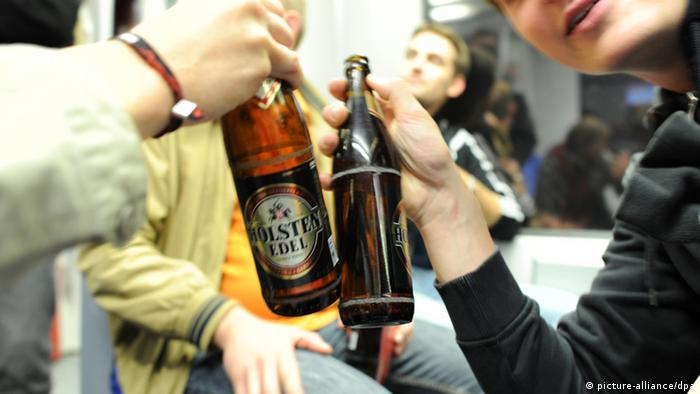 People drinking beer in a Train (photo: dpa)