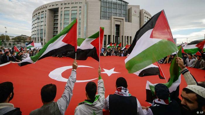 People wave Turkish and Palestinian flags as a Turkish court opened a trial in absentia of four former Israeli military commanders for the killing of nine people aboard a Turkish aid ship that tried to break a Gaza blockade, in Istanbul, Turkey, Tuesday, Nov. 6, 2012. Prosecutors have demanded life in prison for several officers in command at the time of the 2010 Israeli raid, but it appears unlikely that any sentence could be carried out. (Foto:AP/dapd)