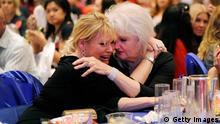Mfuasi wa Romney Alicia Hayes akifarijiwa na mama yake baada ya taarifa kuwa mgombea wake ameshindwa.