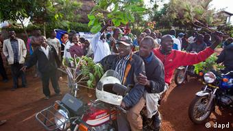 Villagers ride motorcycles and wave branches to celebrate Obama's re-election, in the village of Kogelo, home to Sarah Obama the step-grandmother of President Barack Obama, in western Kenya Wednesday, Nov. 7, 2012. (Foto:Ben Curtis/AP/dapd)