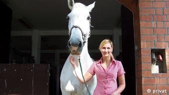 Eine junge Frau führt ein Pferd an der Trense. foto: Hochschule für Wirtschaft und Umwelt Nürtingen