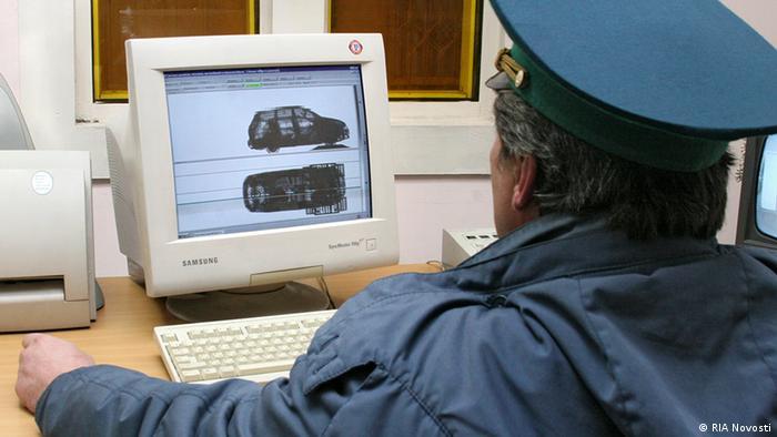 Украинский таможенник смотрит на экран компьютера
