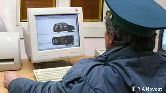 Український митник за роботою