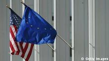 Symbolbild Flaggen USA und EU