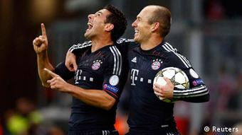 Bayern Munich's Arjen Robben and Claudio Pizarro (L) celebrate after scoring against Lille during their Champions League Group F soccer match in Munich November 7, 2012. REUTERS/Michael Dalder(GERMANY - Tags: SPORT SOCCER)