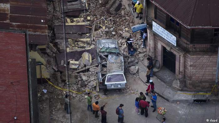 Residents walk among rubble after a magnitude 7.4 earthquake struck in San Marcos, Guatemala, Wednesday Nov. 7, 2012. (Foto:Moises Castillo/AP/dapd).