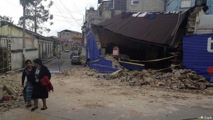 Two women walk past a building damaged after a magnitude 7.4 earthquake struck in San Marcos, Guatemala, Wednesday Nov. 7, 2012. The mountain village, some 80 miles (130 kilometers) from the epicenter, suffered much of the damage with some 30 homes collapsing in its center. There are three confirmed dead and many missing after the strongest earthquake to hit Guatemala since a deadly 1976 quake that killed 23,000. (Foto:Moises Castillo/AP/dapd // eingestellt von se